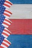 Flaggaservetter på patriotisk tabelllodlinje Royaltyfri Bild
