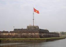 Flaggatornet av Hue Citadel med flaggan av det Vietnam flyget i vinden royaltyfri foto