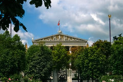 Flagge über dem Parlamentsgebäude Lizenzfreies Stockfoto