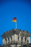 Flagge über dem Reichstag stockfotos