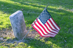 Flagge auf Grab Lizenzfreie Stockbilder