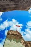 Flagge auf Himmel Lizenzfreie Stockfotografie