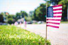 Flagge auf Straßenbeschränkung in einer Nachbarschaft für 4. von Juli-Feier stockbild