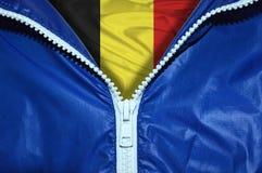 Flagge Belgien unter ungepacktem Reißverschluss lizenzfreie stockfotografie