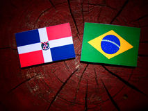 Flagge der Dominikanischen Republik mit brasilianischer Flagge auf einem Baumstumpfisolator Lizenzfreies Stockfoto