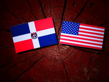 Flagge der Dominikanischen Republik mit USA-Flagge auf einem Baumstumpf Lizenzfreie Stockbilder