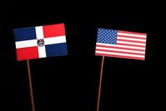 Flagge der Dominikanischen Republik mit USA-Flagge lokalisiert auf Schwarzem Lizenzfreies Stockfoto