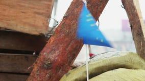 Flagge der Europäischen Gemeinschaft auf der Barrikade der Protestierender in Kiew Ukraine stock video footage