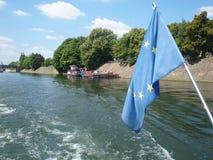 Flagge der Europäischen Gemeinschaft auf der Seine Lizenzfreie Stockfotos