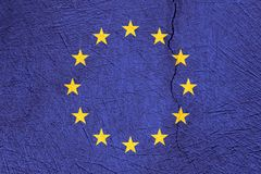 Flagge der Europäischen Gemeinschaft auf gebrochenem Beschaffenheitshintergrund Stockbilder