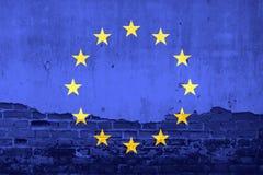 Flagge der Europäischen Gemeinschaft auf gebrochenem Wandbeschaffenheitshintergrund Stockbild