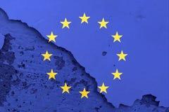 Flagge der Europäischen Gemeinschaft auf gebrochenem Wandbeschaffenheitshintergrund Stockfotos