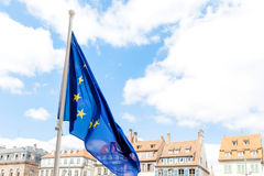 Flagge der Europäischen Gemeinschaft mit Stadt bakcground Lizenzfreies Stockbild
