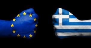Flagge der Europäischen Gemeinschaft und des Griechenlands gemalt auf zwei geballten Fäusten stockbilder