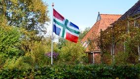 Flagge der Provinz von Groningen im ländlichen Garten lizenzfreie stockfotos