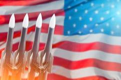 Flagge der Rockets-Hintergrund Vereinigten Staaten von Amerika Vertrag auf der Beseitigung von Mittelstrecken- und von Kurz-Strec stockbilder