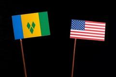 Flagge des Heiligen Vincent und der Grenadinen mit USA-Flagge auf Schwarzem Lizenzfreie Stockfotos