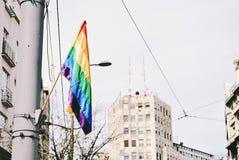 Flagge des homosexuellen Stolzes auf Laternenpfahl Stockfoto