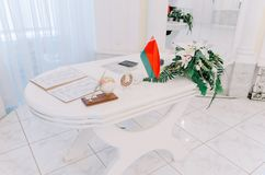 Flagge des Republik Belarus im Registeramt Lizenzfreie Stockfotografie