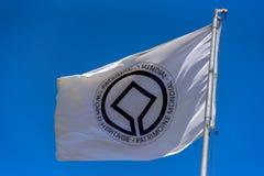 Flagge des UNESCO-Welterbausschusses, der in den Wind am Fahnenmast wellenartig bewegt Stockbild