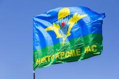 Flagge des Verbands der russischen Fallschirmjäger gegen den blauen Himmel Stockfotografie