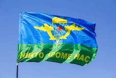 Flagge des Verbands der russischen Fallschirmjäger gegen den blauen Himmel Lizenzfreies Stockfoto