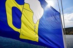 Flagge mit Illustration des Bierglasfliegens im Wind Lizenzfreie Stockfotos