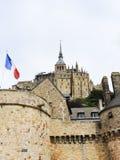 Flagge und Abtei mont Heiligmichel in Normandie Stockfotografie