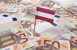 Flagge von Österreich haftend in 50 Eurobanknoten (Reihe) Stockbild
