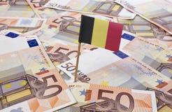 Flagge von Belgien haftend in 50 Eurobanknoten (Reihe) Lizenzfreie Stockbilder
