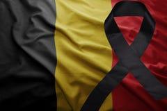 Flagge von Belgien mit schwarzem Trauerband Stockbild