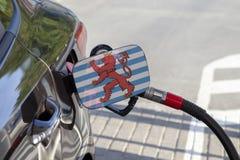 Flagge von Blason Luxemburg auf der Auto ` s Brennstoff-Füllerklappe lizenzfreie stockfotos