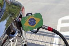 Flagge von Brasilien auf der Auto ` s Brennstoff-Füllerklappe stockbild