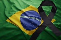 Flagge von Brasilien mit schwarzem Trauerband Stockfotos