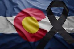 Flagge von Colorado-Staat mit schwarzem Trauerband Lizenzfreie Stockfotos