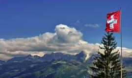 Flagge von der Schweiz und von Alpen-Bergen stockfotos
