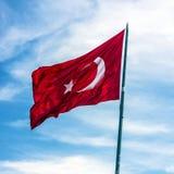 Flagge von der Türkei auf Windhintergrund des blauen Himmels Lizenzfreie Stockfotos