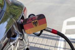 Flagge von Deutschland auf der Auto ` s Brennstoff-Füllerklappe lizenzfreie stockfotografie