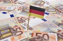 Flagge von Deutschland haftend in 50 Eurobanknoten (Reihe) Lizenzfreie Stockfotos