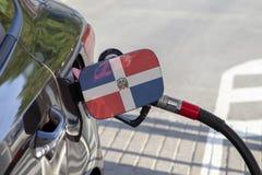 Flagge von Dominikanischer Republik auf der Auto ` s Brennstoff-Füllerklappe lizenzfreie stockfotos