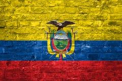 Flagge von Ecuador über einem alten Backsteinmauerhintergrund, Oberfläche stockfotografie