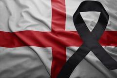 Flagge von England mit schwarzem Trauerband Stockfotografie