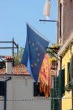Flagge von EU und Flagge von Venedig mit geflügeltem Löwe Lizenzfreie Stockfotografie