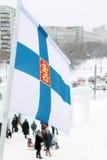 Flagge von Finnland auf Wind am bewölkten Tag des Winters Lizenzfreie Stockfotos