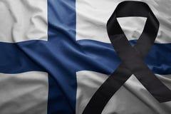 Flagge von Finnland mit schwarzem Trauerband Stockfoto