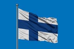 Flagge von Finnland wellenartig bewegend in den Wind gegen tiefen blauen Himmel Finnische Markierungsfahne stockfotografie