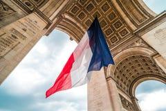 Flagge von Frankreich bei Arc de Triomphe Stockbild