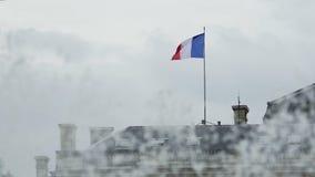 Flagge von Frankreich stehend auf dem Dach des Gebäudes und in den Wind, Brunnen wellenartig bewegend stock footage