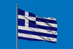 Flagge von Griechenland wellenartig bewegend in den Wind gegen tiefen blauen Himmel Griechische Markierungsfahne lizenzfreie abbildung