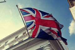 Flagge von Großbritannien auf Gebäude Stockfotografie